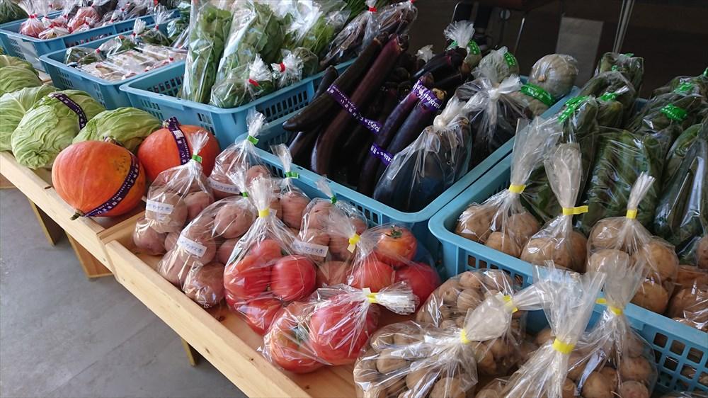 葛尾産の野菜直売イベント「とも市」で並ぶ野菜の数々