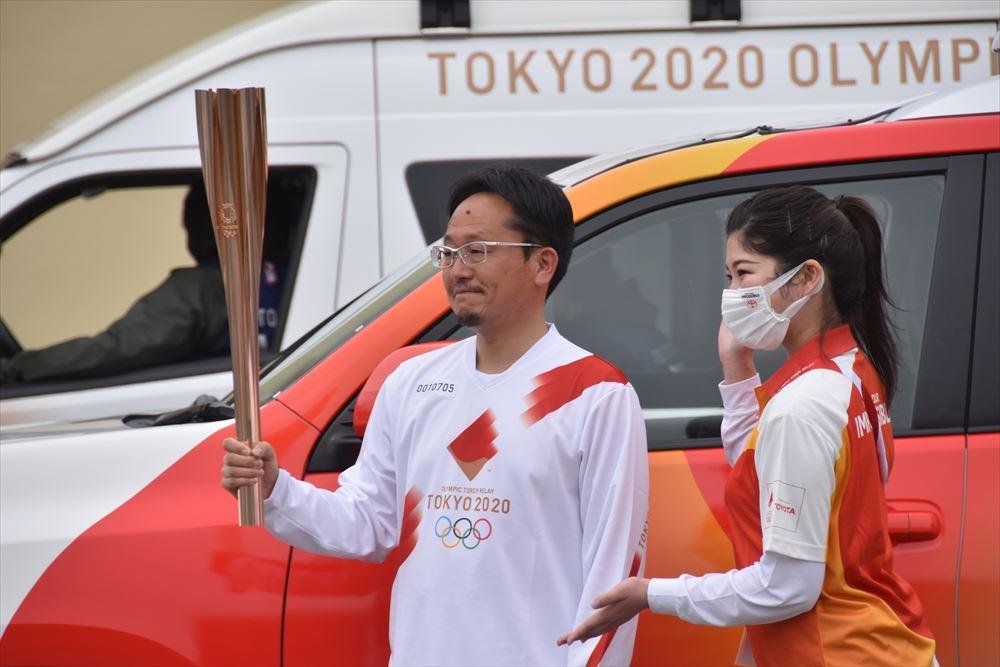 聖火リレーin葛尾村_5区を走る古山さんがスタート地点で記念撮影