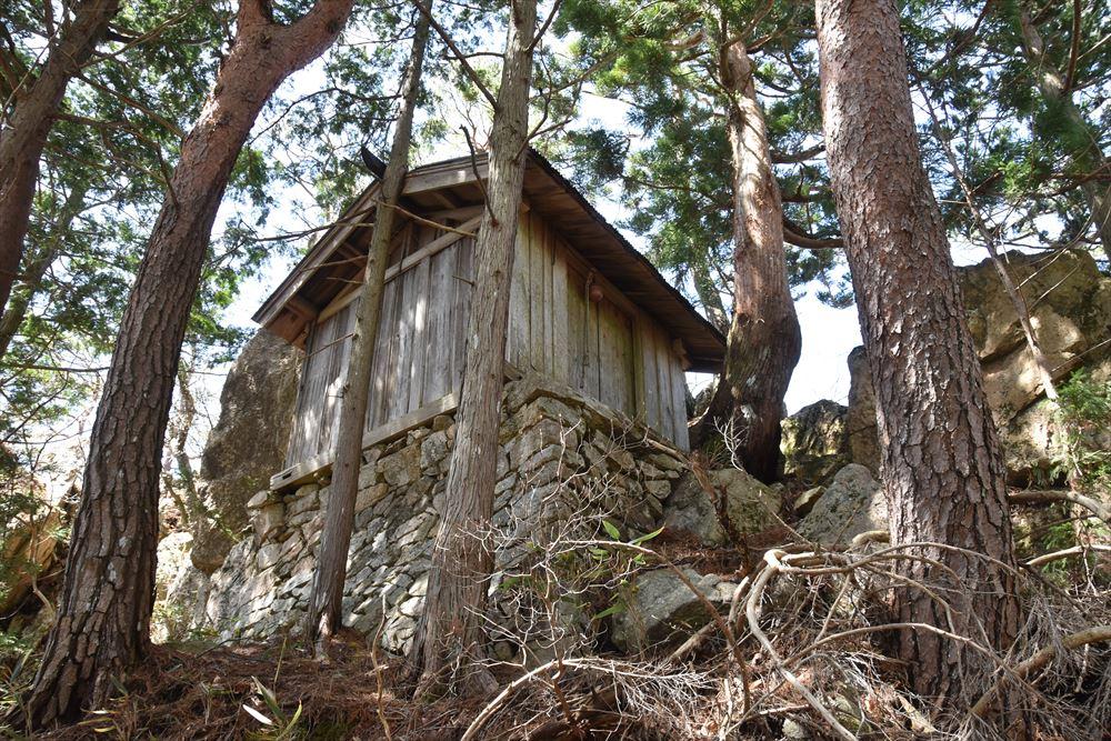 少し朽ちつつある手倉山神社