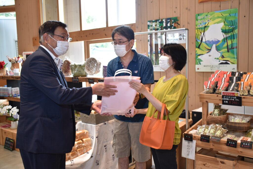 篠木葛尾村長から葛尾村の特産品グッズが手渡されました